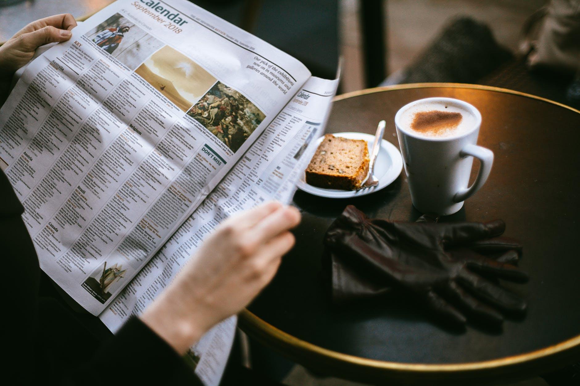 L'immagine rappresenta un uomo che legge il giornale. E' stata scelta perché vogliamo far immedesimare il lettore che legge il nostro articolo come se fosse in un bar sfogliando il giornale cartaceo